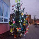 Kde sa vzal, tu sa vzal, pred školou nám  vianočný stromček stál!
